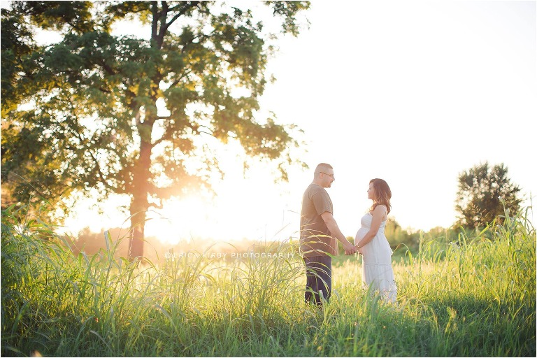 Bright and Airy Maternity Session in Grassy field in Bentonville Northwest Arkansas by Erica Kirby Photography